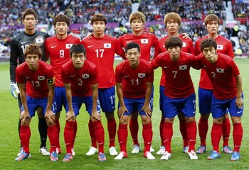 South20Korea-12-NIKE-olympic-home-kit-red-blue-red-line-up.jpg